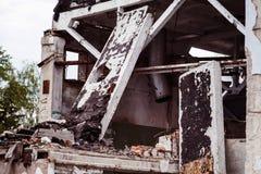 Una imagen del primer de un edificio arruinado con hormigón Fotografía de archivo