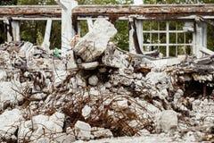 Una imagen del primer de un edificio arruinado con hormigón y la armadura Imágenes de archivo libres de regalías