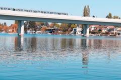 Una imagen del subterráneo de los viennas que viaja sobre el río El Donau en Austria imagenes de archivo
