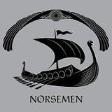 Una imagen escandinava antigua de una nave de Viking, adornada con los dragones dirigen, un símbolo antiguo del sol y con alas ilustración del vector