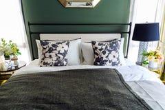 Una imagen interior de una cama con muchos soporta con un negro negro Fotos de archivo