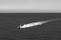 Una imagen minimalista del bote de salvamento del mar que patrulla cerca de la isla de Palma en el mar Mediterráneo, septiembre d imagen de archivo