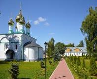 Una imagen pacífica del convento de Solotcha cerca de Ryazan en Rusia, cebolla del oro dirige Fotografía de archivo
