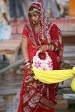 Una India nupcial en la alineada tradicional roja, Vanarasi Foto de archivo libre de regalías