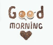Una inscripción de los granos de café y de las tazas, buena mañana en un fondo blanco Foto de archivo