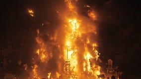 Una instalación ardiente con las figuras de la muñeca almacen de video