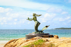 Una instalación del arte de la sirena en una playa Foto de archivo libre de regalías