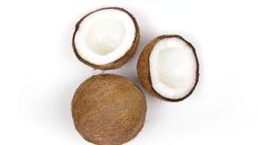 Una intera noce di cocco e due metà con polpa squisita che gira sul fondo bianco Loopable senza cuciture archivi video