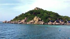 Una isla en aire fresco con el fondo ondulado azul claro del mar almacen de video
