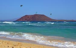 Una isla y kitesurfers en el agua esmeralda de Océano Atlántico Foto de archivo
