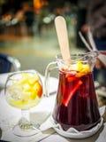 Una jarra española auténtica de la bebida de la sangría Imagenes de archivo