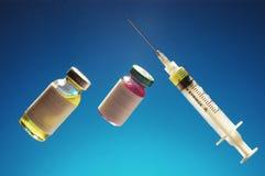 Medicina de la jeringuilla con la botella dos de ampolla Foto de archivo
