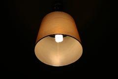 Una lámpara clásica en la oscuridad Foto de archivo libre de regalías
