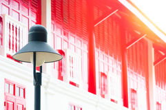 Una lámpara de calle retra en fondo de madera de la puerta roja tradicional Imagen de archivo libre de regalías