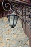 Una lámpara de calle vieja en una pared de piedra Imagen de archivo