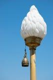 Una lámpara decorativa con una campana de bronce Imagenes de archivo