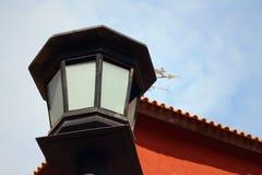 Una lámpara en un fondo del cielo azul en el parque Imagen de archivo libre de regalías
