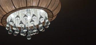 Una lámpara encendida, interior del dormitorio Imagen de archivo