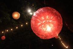 Una lámpara hecha de vidrios plásticos reciclados Fotos de archivo