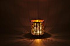 Una lámpara romántica de la luz de una vela Fotografía de archivo