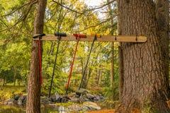 Una línea de barrenderos cuelga en un estante al aire libre de la capa cerca de los ríos e fotos de archivo libres de regalías