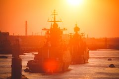 Una línea de buques de guerra navales militares rusos modernos de los acorazados en la fila, la flota septentrional y la flota de Fotografía de archivo