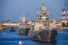 Una línea de buques de guerra navales militares rusos modernos de los acorazados en la fila, la flota septentrional y la flota de Foto de archivo libre de regalías