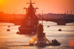 Una línea de buques de guerra navales militares rusos modernos de los acorazados en la fila, la flota septentrional y la flota de Fotos de archivo libres de regalías