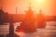 Una línea de buques de guerra navales militares rusos modernos de los acorazados en la fila, la flota septentrional y la flota de Imágenes de archivo libres de regalías