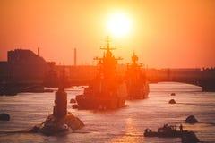 Una línea de buques de guerra navales militares rusos modernos de los acorazados en la fila, la flota septentrional y la flota de Foto de archivo