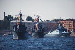 Una línea de buques de guerra navales militares rusos modernos de los acorazados en la fila, la flota septentrional y la flota de Imagenes de archivo