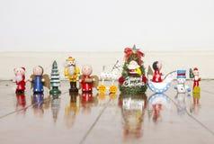 Una línea de juguetes de madera viejos de la Navidad en un piso de madera viejo imagenes de archivo