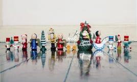 Una línea de juguetes de madera viejos de la Navidad en un piso de madera viejo fotografía de archivo
