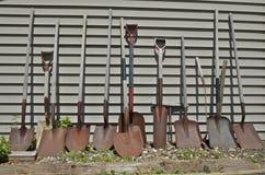 Una línea de palas y de espadas en una línea Imagen de archivo