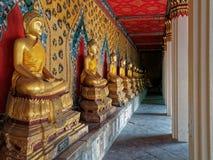 Una línea de sentar Buddhas Fotos de archivo