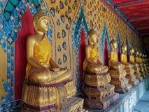 Una línea de sentar Buddhas Imagenes de archivo
