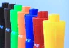 Una línea de siete etiquetas de plástico coloreadas de la acuarela Imagen de archivo