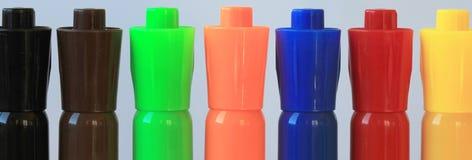 Una línea de siete etiquetas de plástico coloreadas de la acuarela Fotos de archivo libres de regalías