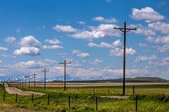 Una línea de teléfono postes Fotos de archivo