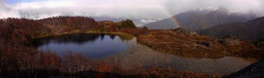 Una laguna nelle montagne fotografia stock