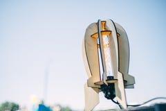 Una lampada di legno del razzo sembra la retro lampada della luce del calore, oggetto d'antiquariato immagine stock