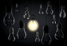 Una lampadina che accende stanza con l'attaccatura delle lampadine sui cavi Fotografia Stock Libera da Diritti