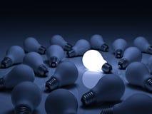 Una lampadina d'ardore che sta fuori dalle lampadine incandescenti spente con la riflessione su fondo blu royalty illustrazione gratis