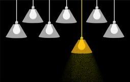 Una lampadina gialla che sta dalla folla Fotografia Stock Libera da Diritti