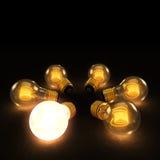 Una lampadina luminosa fra sei lampadine incandescenti in un cerchio o Immagine Stock
