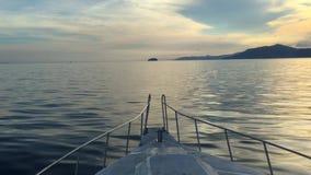 Una lancha de carreras navegante con puesta del sol hermosa con las montañas en Bali, Indonesia, vídeo de la cantidad 4k almacen de video