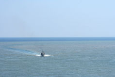 Una lancha de carreras que hace la curva de la onda de agua Fotografía de archivo