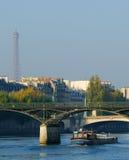 Una lancha a remolque en el Seine, París Fotografía de archivo