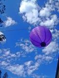 Una lanterna d'attaccatura nel cielo Fotografie Stock Libere da Diritti