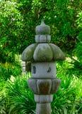 Una lanterna di pietra al parco verde fotografia stock